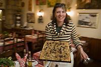 Europe/France/Provence-Alpes-Côte d'Azur/06/Alpes-Maritimes/Nice:   Service de la Pissaladière au  restaurant Chez Poupon et Marinette [Non destiné à un usage publicitaire - Not intended for an advertising use]