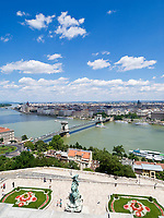 HUN, Ungarn, Budapest, Blick vom Budaer Burgpalast ueber Burggarten, Donauufer und Kettenbruecke zum Parlament, UNESCO Weltkulturerbe | HUN, Hungary, Budapest, view from Royal Palace across Danube embankment and Chain Bridge towards Parliament, UNESCO World Heritage