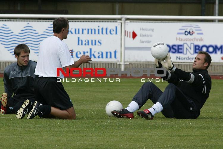 1. BL 2003/2004<br /> Trainingslager SV Werder Bremen auf Norderney<br /> Training am Vormittag<br /> Torwarttrainer Dieter Burdenski und Abdreas Reinke<br /> Foto &copy; nordphoto/Guenter Schroeder <br /> <br />  *** Local Caption *** Foto ist honorarpflichtig! zzgl. gesetzl. MwSt.<br />  Belegexemplar erforderlich<br /> Adresse: nordphoto<br /> Georg-Reinke-Strasse 1<br /> 49377 Vechta