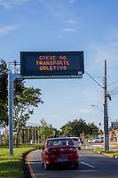 CURITIBA, PR, 26.02.2014 - GREVE / TRANSPORTE PÚBLICO - Na manhã desta quarta-feira (26). placa da companha de transporte informa sobre a greve do transporte público de Curitiba e região metropolitana, que  amanheceu com greve de motoristas. A greve por tempo indeterminado, foi deflagrada a noite da última terça-feira(25). Mesmo a Justiça do Trabalho determinando que as empresas de ônibus mantenham no mínimo 70% da frota operante nos horários de pico e 40% fora dos horários de pico, a greve é de 100% de adesão. (Foto: Paulo Lisboa / Brazil Photo Press)