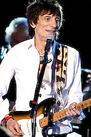 Ronnie Wood en concierto  solitario en el Golden Nugget Casino en Atlantic City, Nueva Jersey, 21 de abril de 2012.<br />
