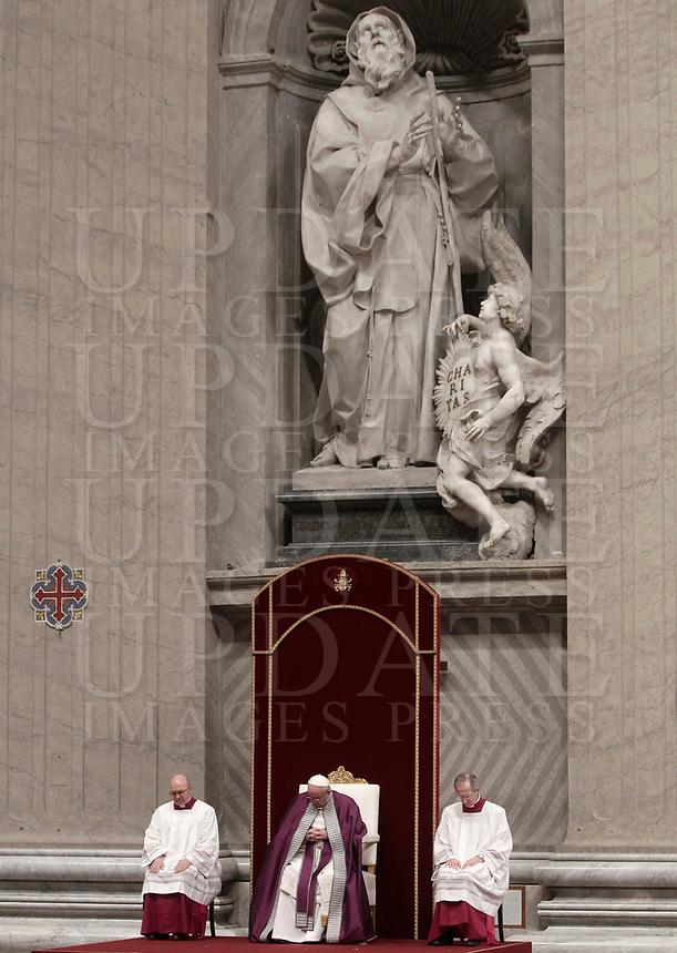 Papa Francesco celebra la Liturgia Penitenziale nella Basilica di San Pietro. Città del Vaticano, 9 marzo, 2018.<br /> Pope Francis leads the celebration of the Sacrament of Penance in Saint Peter's Basilica at the Vatican, on March 9, 2018.<br /> UPDATE IMAGES PRESS/Isabella Bonotto<br /> <br /> STRICTLY ONLY FOR EDITORIAL USE
