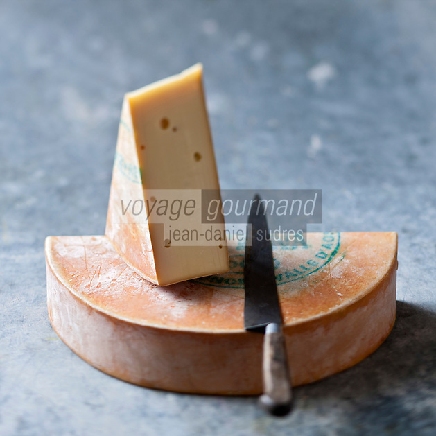 Europe/Italie/Val d'Aoste/  Aoste:  La fontina , en fran&ccedil;ais: Fontine  est un fromage italien, &agrave; base de lait  cru de vache &agrave; texture demi-dure, produit au Val d'Aoste.  // Europe, Italy, Aosta Valley, Aosta:  Fontina cheese<br /> <br /> <br /> - Stylisme : Val&eacute;rie LHOMME