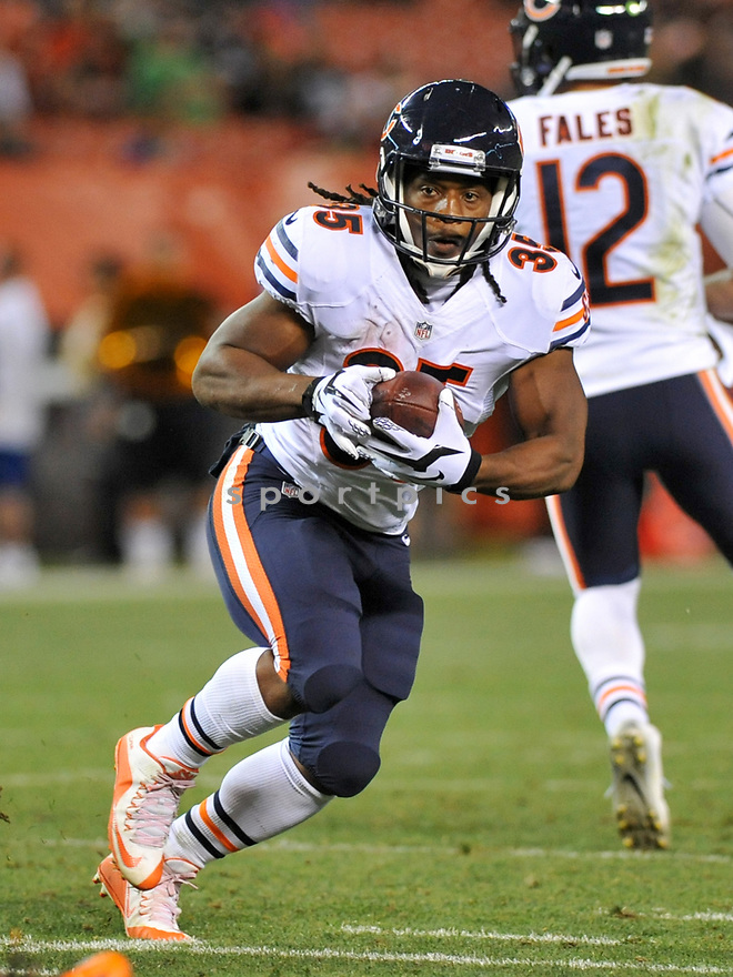 CLEVELAND, OH - SEPTEMBER 1, 2016: Running back Jacquizz Rodgers #35 of the Chicago Bears carries the ball in the fourth quarter of a game on September 1, 2016 against the Cleveland Browns at FirstEnergy Stadium in Cleveland, Ohio. Chicago won 21-7. (Photo by: 2016 Nick Cammett/Diamond Images)  *** Local Caption *** Jacquizz Rodgers