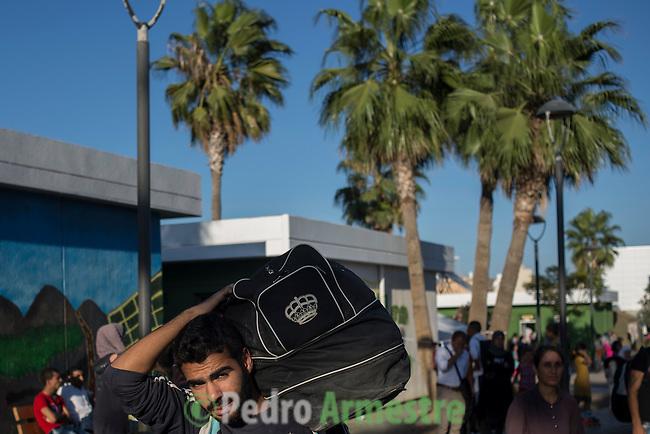 16 septiembre 2015. Ceti-Melilla <br /> Cerca de 200 refugiados sirios abandona una vez a la semana el Centro de Estancia Temporal de Inmigrantes (Ceti) rumbo a M&aacute;laga, donde empezar&aacute;n su camino hacia distintos destinos europeos. Un millar de familias sirias, la mayor&iacute;a ni&ntilde;os, esperan en Nador y Beni Enzar (Marruecos) para poder cruzar a Melilla. La ONG Save the Children exige al Gobierno espa&ntilde;ol que tome un papel activo en la crisis de refugiados y facilite el acceso de estas familias a trav&eacute;s de la expedici&oacute;n de visados humanitarios en el consulado espa&ntilde;ol de Nador. Save the Children ha comprobado adem&aacute;s c&oacute;mo muchas de estas familias se han visto forzadas a separarse porque, en el momento del cierre de la frontera, unos miembros se han quedado en un lado o en el otro. Para poder cruzar el control, las mafias se aprovechan de la desesperaci&oacute;n de los sirios y les ofrecen pasaportes marroqu&iacute;es al precio de 1.000 euros. Diversas familias han explicado a Save the Children c&oacute;mo est&aacute;n endeudadas y han tenido que elegir qui&eacute;n pasa primero de sus miembros a Melilla, dejando a otros en Nador. &copy; Save the Children Handout/PEDRO ARMESTRE - No ventas -No Archivos - Uso editorial solamente - Uso libre solamente para 14 d&iacute;as despu&eacute;s de liberaci&oacute;n. Foto proporcionada por SAVE THE CHILDREN, uso solamente para ilustrar noticias o comentarios sobre los hechos o eventos representados en esta imagen.<br /> Save the Children Handout/ PEDRO ARMESTRE - No sales - No Archives - Editorial Use Only - Free use only for 14 days after release. Photo provided by SAVE THE CHILDREN, distributed handout photo to be used only to illustrate news reporting or commentary on the facts or events depicted in this image.