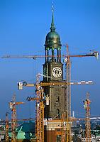 Hamburgs Michel mit Baukran als Symbolbild: EUROPA, DEUTSCHLAND, HAMBURG, (EUROPE, GERMANY), 21.04.2000:  Hamburgs Michel mit Baukran als Symbolbild fuer Denkmalschutz und Neubau,