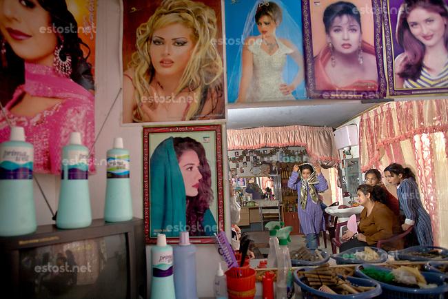 AFGHANISTAN, 06.2008, Kabul. Unter den Taliban galten Frauen-Friseursalons als teufliche Orte, kaum besser als ein Bordell. Heute sind sie normal. | Under the Taliban women's hair salons were seen as devil's places almost as bad as a brothel. Today they are normal.<br /> © Marzena Hmielewicz/EST&OST