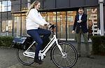 Foto: VidiPhoto<br /> <br /> GOUDA – Ruim 700 wijkverpleegkundigen in de regio Midden-Nederland krijgen volgend jaar een Batavus Cura, een speciaal voor de zorg ontwikkelende electrische fiets. Het eerste exemplaar werd donderdag in Gouda bij Vierstroom Zorg Thuis overhandigd aan wijkverpleegkundige Angela Roos. Door cliënten te bezoeken met een electrische fiets in plaats van met de auto wordt verrassend genoeg 11 procent reistijd bespaard, ook buiten de stad. Deze tijd wordt gestoken in zorgtaken. Volgens Vierstroom wordt met het fietsplan jaarlijks ook nog eens 100.000 kilo CO2 minder uitgestoten. De Batavus Cura is speciaal ontwikkeld voor de zorg. Alle 700 fietsen worden geleased.