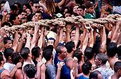 Promesseiros levantam a corda que seguram em pagamento de promessas feitas a Nossa Senhora de Nazar&eacute;  no decorrer da prociss&atilde;o que ocorre a mais de 200 anos em Bel&eacute;m Par&aacute; Brasil<br />As estimativas s&atilde;o de mais de 1.500.000 pessoas acompanhando a prociss&atilde;o<br />08/10/2000<br />Foto Paulo Santos/Interfoto.