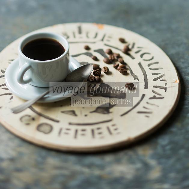Gastronomie Générale: Le Jamaica Blue Mountain est un type de café obtenu à partir de caféiers cultivés dans les Blue Mountains, en Jamaïque. - Stylisme : Valérie LHOMME