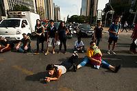 SÃO PAULO,SP, 22.03.2016 - PROTESTO-EDUCAÇÃO - Manifestantes secundaristas protestam contra o desvio de verbas da merenda escolar da rede estadual de ensino, na avenida Faria Lima, na zona oeste de São Paulo, nesta terça-feira, 22. (Foto: Gabriel Soares/Brazil Photo Press)