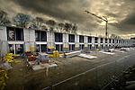 UTRECHT - In de Utrechtse wijk Hoograven werkt Bam aan een groot woningbouwproject als onderdeel van het stadsvernieuwingproject Hart van Hoograven. Op de plaats waar de afgelopen jaren diverse verouderde woonflats zijn neergehaald, worden in opdracht van woningbouwvereniging Mitros, AM Wonen, Bouwfonds Ontwikkeling en de gemeente Utrecht bijna vierhonderd huizen gebouwd. Het project waarbij ondermeer ook een nieuw gezondheidscentrum en winkels zijn opgenomen, wordt in diverse fases uitgevoerd en moet in 2009 klaar zijn. COPYRIGHT TON BORSBOOM