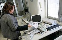 """La giornalista de """"Il Mattino"""" Rosaria Capacchione da' uno sguardo ai giornali al suo arrivo in redazione a Caserta, 14 novembre 2008..UPDATE IMAGES PRESS/Riccardo De Luca"""