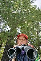 El pasado 13 de Mayo se llevo acabo el festejo del dia mundial de la aves con fines de conservacion a cargo de BDA (Biodiversidad y Desarrollo Arm—nico AC. ) y la Comisi—n Nacional Forestal en el Rancho ¬Los Fresnos¬ ubicado en la franja fronteriza con el estado de Arizona al norte de Cananea. <br /> <br /> Martza Cristina Carranza  de ocho a–os proveniente del Pblablo Jose Ma. Morelos es uno de los peque–os que recibe instrucciones para la observaci—n de aves. <br /> Ni–os de los distintos poblados aleda–os a Los Fresnos inician un d'a de actividades informativas y recrativas para la conservaci—n de las reservas del rancho parque que los apliquen en sus lugares de origen.<br /> <br /> Dia de las Aves Rancho Los Fresnos<br /> Fotos Luis Gutiérrez<br /> Texto Luis Gutiérrez<br /> <br /> Festejan el día de Las Aves<br /> <br /> La biodiversidad en el Rancho Los Fresnos.<br /> <br /> ¨Ya lo vi ¡¨ gritaba de una pequeña niña, ¨yo también¨,<br /> se escuchaba al otro lado del arrollo, ¨mira, mira parece muñeco de peluche¨ <br /> comentaba otros al ver a una cría Búho que se asomaba<br />  tímidamente desde un hueco de un tronco de un árbol  incendiado. <br /> <br /> Así continua  la aventura para un grupo de niños <br /> de distintas comunidades de los alrededores del rancho<br /> los Fresnos en un día de Safari  para celebrar el Día Mundial<br />  de las Aves.<br /> <br /> Binoculares, telescopios, gorras para protegerse un poco del sol, libreta <br /> apuntes son algunos de los objetos utilizados en la expedición y observación<br /> de las aves en el Rancho Los Fresnos y en valle de San Pedro donde se han registrado alrededor de 200 especies de aves.