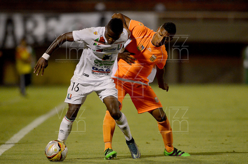 ENVIGADO- COLOMBIA -22-04-2016: Yairo Moreno (Der.) jugador de Envigado FC disputa el balón con Jhonier Viveros (Izq.) jugador de Once Caldas, durante partido Envigado FC y Once Caldas por la fecha 14 de la Liga Aguila I 2016, en el estadio Polideportivo Sur de la ciudad de Envigado. /  Yairo Moreno (R) player of Envigado FC, fights for the ball with Jhonier Viveros (L) player of Once Caldas, during a match Envigado FC and Once Caldas for the date 14 of the Liga Aguila I 2016 at the Polideportivo Sur stadium in Envigado city. Photo: VizzorImage / Leon Monsalve / Cont.