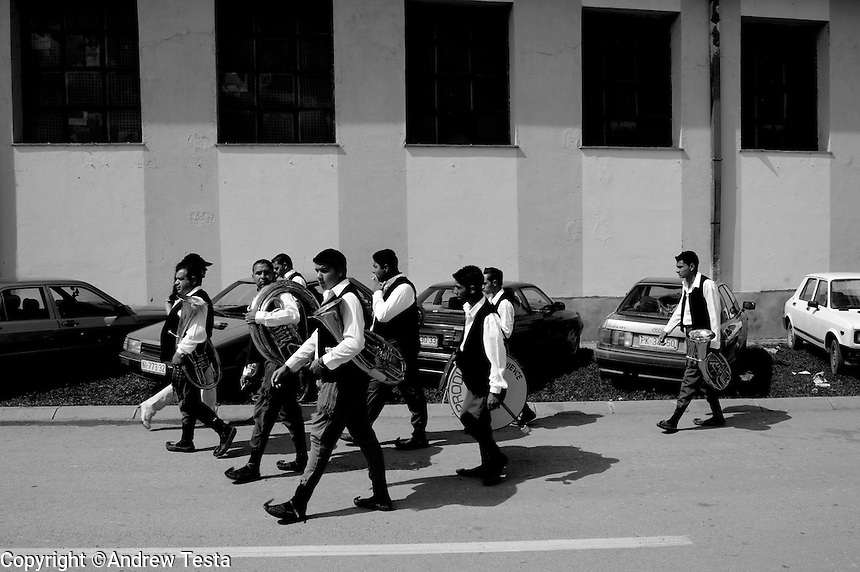 SERBIA. Guca. 10th August 2008..A band arrives for a parade through the streets of Guca..©Andrew Testa/Panos Pictures