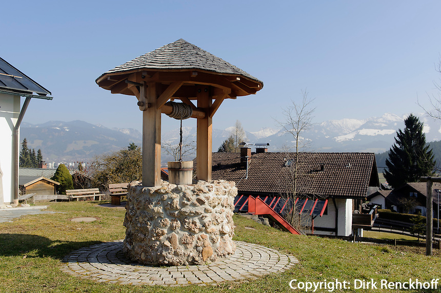 Ziehbrunnen in Ofterschwang-H&uuml;ttenberg  im Allg&auml;u, Bayern, Deutschland<br /> dra- well in Ofterschwang-H&uuml;ttenberg, Allg&auml;u, Bavaria, Germany