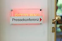 """Ein Schild mit der Aufschrift """"Pressekonferenz"""" hängt am Donnerstag (23.05.13) in Berlin waehrend einer Pressekonferenz  zur Vorstellung des Mietspiegel 2013 ueber einem leuchtenden Sitzungs-Schild. Der Senat stellt bei einer Pressekonferenz den Mietspiegel des Jahres 2013 vor. Foto: Timur Emek/CommonLens"""
