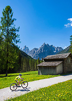 Italy, South Tyrol (Trentino - Alto Adige), near Sexten, district Moos: the picturesque Fischleintal (Val Fiscalina) at Drei Zinnen Nature Park (Parco Naturale Tre Cime), side valley of Sexten Valley (Valle di Sesto) - and Sexten Dolomites (Dolomiti di Sesto) La meridiana di Sesto with summits Zwoelferkofel (Cima Dodici) (left) and Einserkofel (Cima Una) (right) | Italien, Suedtirol, bei Sexten, Ortsteil Moos: das malerische Fischleintal im Naturpark Drei Zinnen - ein Nebental des Sextentals - vor den Gipfeln der Sextener Sonnenuhr mit dem Zwoelferkofel (links) und dem Einserkofel (rechts)