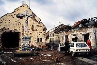Vukovar / Croazia 11/1991 <br /> Importante centro industriale della Slavonia sulla riva del fiume Danubio. Vukovar &egrave; stata al centro della pi&ugrave; aspra battaglia dell'intero conflitto balcanico per la definizione dei nuovi confini tra Serbia e Croazia. Nella fotografia alcuni profughi in fuga tra le case distrutte. Il 17 novembre 1991 quando Vukovar cade nelle mani delle milizie serbe &egrave; ridotta ad un cumulo di macerie.<br /> Important industrial center of Slavonia on the bank of the river Danube. Vukovar was at the center of the most severe battle of the entire conflict in the Balkans for the definition of new borders between Serbia and Croatia. In the photograph some refugees fleeing from the destroyed houses. On 17 November 1991, when Vukovar fell into the hands of the Serb militias is reduced to a pile of rubble. <br /> Photo Livio Senigalliesi