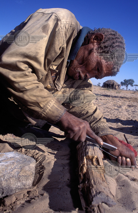 © Paul Weinberg / Panos Pictures..Bushmanland, Xade, Botswana...Making crafts, before the removals.