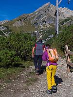 Wanderer, Hochimst Obermarkter Alm Blick auf Mutterkopf, Lechtaler Alpen, Imst, Tirol, &Ouml;sterreich, Europa<br /> Hiker, Obermarkter Alm,, Hochimst, Imst, Tyrol, Austria, Europe