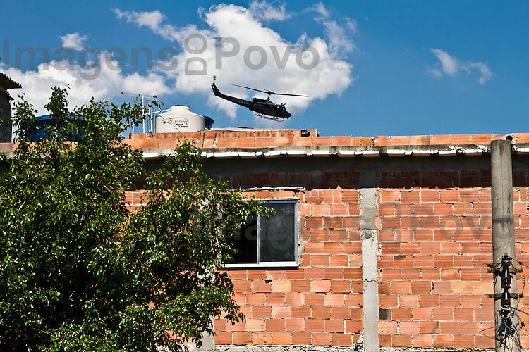Helic&oacute;ptero sobrevoa escola do Conjunto de favelas da  Mar&eacute;. Rio de Janeiro, Brasil.<br /> <br /> A military police helicopter flies over the Favela da Mare ou Complexo da Mar&eacute;. Rio de Janeiro, Brazil.