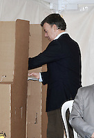 BOGOTA -COLOMBIA. 09-03-2014. Juan Manuel Santos, presidente de Colombia ejerce su derecho al voto al inicio de las elecciones parlamentarias en Bogotá, Colombia, hoy 9 de marzo de 2014. Los colombianos elegirán por voto directo en las urnas 102 nuevos miembros del Senado de la República, 166 representantes a la Cámara de Representantes y 5 representantes al Parlamento Andino. / Juan Manuel Santos, president of Colombia, exerts his right to vote at the beginning of the parliamentary elections in Bogota, Colombia, today March 9, 2014. Colombians will elect by direct vote at the polls 102 new members of the Senate, 166 representatives to the House of Representatives and five representatives to the Andean Parliament. Photo: VizzorImage/ Luis Ramirez / Staff