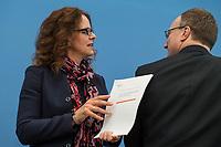 Pressekonferenz des Sachverstaendigenrates zur Begutachtung der gesamtwirtschaftlichen Entwicklung.<br /> Die Sachverstaendigen Prof. Dr. Christoph M. Schmidt (Vorsitzender des Sachverstaendigenrates), Prof. Dr. Dr. h.c. Lars P. Feld, Prof. Dr. Isabel Schnabel, Prof. Dr. Achim Truger und Prof. Volker Wieland, Ph.D. stellten am Dienstag den 19. Maerz 2019 in Berlin ihre Konjunkturprognose fuer die Jahre 2019 und 2020 vor.<br /> Im Bild vlnr.: Isabel Schnabel und Lars P. Feld.<br /> 19.3.2019, Berlin<br /> Copyright: Christian-Ditsch.de<br /> [Inhaltsveraendernde Manipulation des Fotos nur nach ausdruecklicher Genehmigung des Fotografen. Vereinbarungen ueber Abtretung von Persoenlichkeitsrechten/Model Release der abgebildeten Person/Personen liegen nicht vor. NO MODEL RELEASE! Nur fuer Redaktionelle Zwecke. Don't publish without copyright Christian-Ditsch.de, Veroeffentlichung nur mit Fotografennennung, sowie gegen Honorar, MwSt. und Beleg. Konto: I N G - D i B a, IBAN DE58500105175400192269, BIC INGDDEFFXXX, Kontakt: post@christian-ditsch.de<br /> Bei der Bearbeitung der Dateiinformationen darf die Urheberkennzeichnung in den EXIF- und  IPTC-Daten nicht entfernt werden, diese sind in digitalen Medien nach §95c UrhG rechtlich geschuetzt. Der Urhebervermerk wird gemaess §13 UrhG verlangt.]