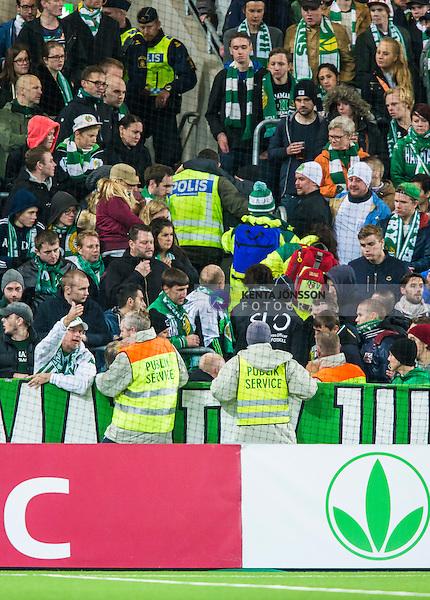 Stockholm 2014-10-21 Fotboll Superettan Hammarby IF - &Ouml;stersunds FK :  <br /> Poliser och sjukv&aring;rdare hj&auml;lper en person som skadat sig uppf&ouml;r l&auml;ktaren bland Hammarbys supportrar under matchen mellan Hammarby IF och &Ouml;stersunds FK <br /> (Foto: Kenta J&ouml;nsson) Nyckelord:  Superettan Tele2 Arena Hammarby HIF Bajen &Ouml;stersund &Ouml;FK supporter fans publik supporters skada skadan ont sm&auml;rta injury pain olycka