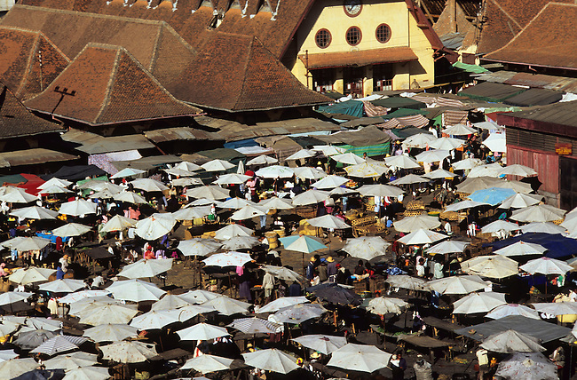 Le Zoma, le plus grand marche du monde a Antananarivo. *** Zoma is the biggest market of the world, Antananarivo.
