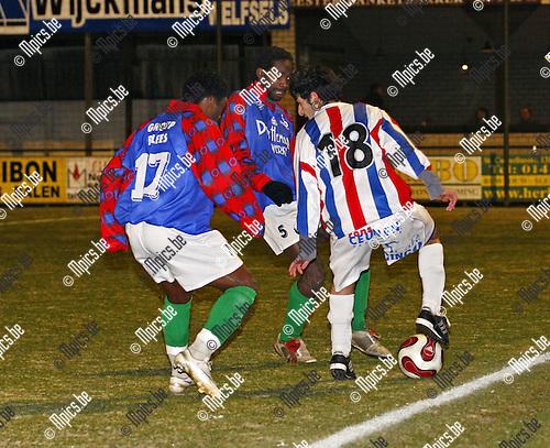 2008-12-13 / voetbal / Mol-Wezel - Verviers /  Yusuf Eren wordt zwaar opgejaagd door de verviers verdediging.