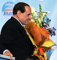 "Il leader del Popolo della Liberta' Silvio Berlusconi tiene un mazzo di fiori al termine della manifestazione ""Donne"" per l'Italia, a Roma, 28 marzo 2008..Leader of the People of Freedom center-right coalition Silvio Berlusconi holds a bunch of flowers at the end of an electoral rally in Rome, 28 march 2008..UPDATE IMAGES PRESS/Riccardo De Luca"