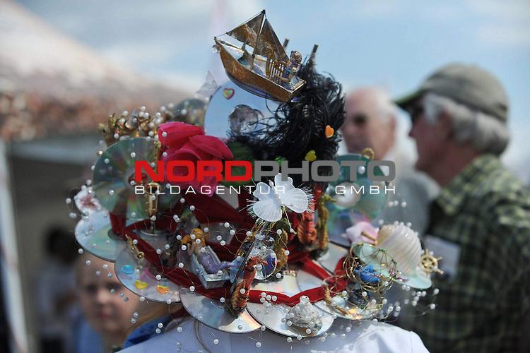 18.07.2010, Hamburg, GER, Reitsport, 141. IDEE Deutsches Derby, im Bild Feature Frau mit sehr kreativen Hut<br /> Foto &copy; nph / Witke