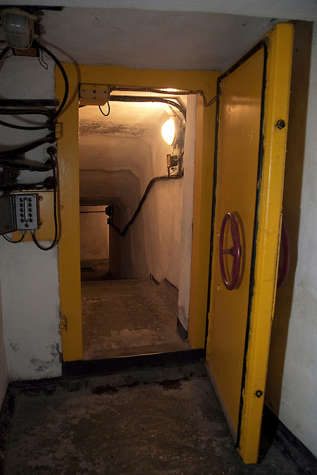Tür zum Tunnel zwischen den Gebäuden und den Raketenschächten / Underground tunnel between the buildings and shafts.