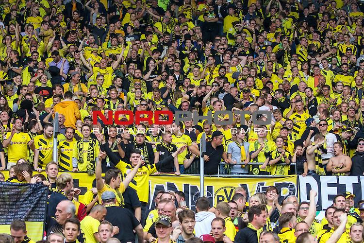 12.09.2015, HDI Arena, Hannover, GER, 1.FBL, Hannover 96 vs Borussia Dortmund<br /> <br /> im Bild<br /> jubelnde Fans von Borussia Dortmund im Gaestefanblock<br /> <br /> Foto &copy; nordphoto / Ewert