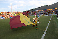 IBAGUÉ-COLOMBIA, 5-DICIEMBRE-2015. El Indio Pijao  hincha representativo del Deportes Tolima alienta a su equipo antes de encuentro con Once Caldas por los cuartos de final vuelta  de la Liga Aguila II 2015 jugado en el estadio Manuel Murillo Toro  de la ciudad de Ibagué./ The Indio Pijao  representative fan of  Deportes Tolima encourages his team before meeting with Once Caldas in the quarter-final round of the 2015 Eagle II League played at the stadium Manuel Murillo Toro of Ibagué. Photo: VizzorImage / Felipe Caicedo / Staff