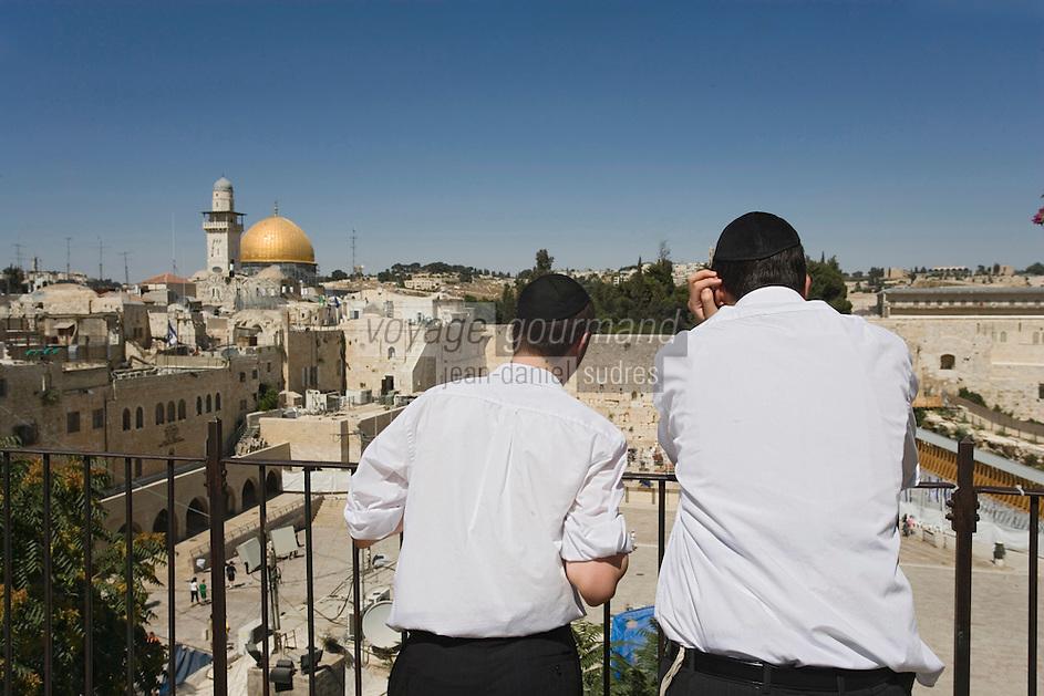 Asie/Israël/Judée/Jérusalem: Deux jeunes juifs orthodoxes face à la vieille ville de Jérusale