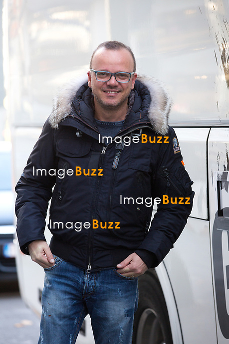 EXCLUSIF - NO WEB, NO BLOG -<br /> Le chanteur italien Gigi d'Alessio &agrave; la sortie de l'h&ocirc;tel Steigenberger Wiltcher's &agrave; Bruxelles. Gigi d'Alessio &eacute;tait de passage en Belgique pour un concert au Cirque Royal, lors de sa tourn&eacute;e &quot; MALATERRA TOUR 2015 &quot;.<br /> Belgique, Bruxelles, 31 octobre 2015<br /> EXCLUSIVE - NO WEB, NO BLOG -<br /> Italian singer Gigi d'Alessio pictured coming out of the Steigenberger Wiltcher's hotel in Brussels. Gigi d'Alessio was giving a concert at the ' Cirque Royal ' in Brussels, while on a world tour ' MALATERRA TOUR 2015 '.<br /> Belgium, Brussels, 31 October 2015