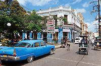 Cuba, Oldtimer an der Plaza Maceo in Camagüey, Unesco-Weltkulturerbe