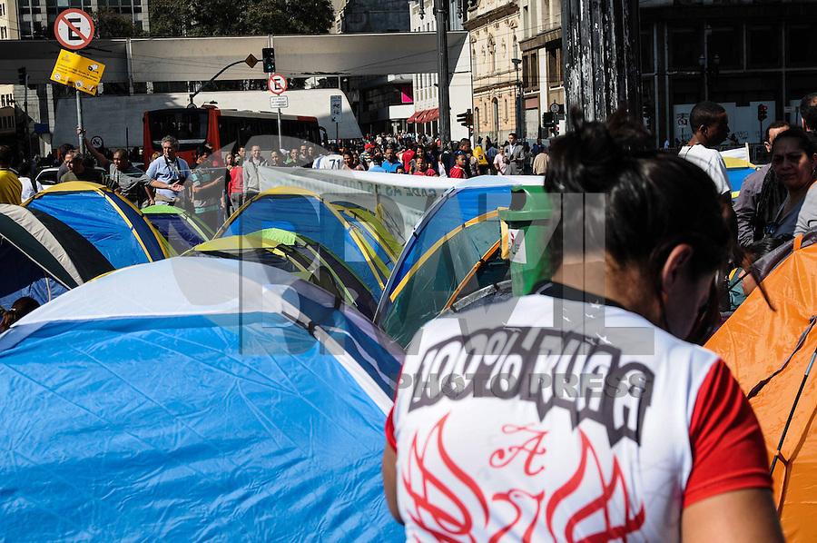 SAO PAULO, SP 15 de julho 2013- Movimentos que pedem a construção de moradias populares acampam em frente à Prefeitura de São Paulo, no centro da capital, nesta segunda-feira (15). Eles cobram uma promessa de campanha do prefeito Fernando Haddad (PT) e prometem ficar no local até conseguir uma audiência para discutir o assunto.     ADRIANO LIMA / BRAZIL PHOTO PRESS).
