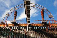 """Sonnenrad zu Essen: EUROPA, DEUTSCHLAND, NORDRHEIN WESTFALEN (EUROPE, GERMANY), 03.11.2013: Seit 1999 dreht sich das Sonnenrad auf der """"schwarzen Seite"""" der Kokerei Zollverein in Essen. Mit 14 Gondeln fährt das Riesenrad in die aufgeschnittene Koksbatterie Nummer 9 durch die ehemals 1000 Grad heißen Öfen. Das Sonnenrad ist ein nabenloses Riesenrad konstruiert von dem Architekten Prof. Jürg Steiner (Berlin)."""