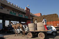 "S?dasien Asien Indien IND .Highway zwischen Delhi und Jaipur Tollstation Kontrast Camelwagen und Autos -  Infrastruktur modern Kontraste Moderne Tradition xagndaz | .South Asia India .toll station at highway between Jaipur and Delhi contrast modern traffic and traditional animal powered transport.| [ copyright (c) Joerg Boethling / agenda , Veroeffentlichung nur gegen Honorar und Belegexemplar an / publication only with royalties and copy to:  agenda PG   Rothestr. 66   Germany D-22765 Hamburg   ph. ++49 40 391 907 14   e-mail: boethling@agenda-fototext.de   www.agenda-fototext.de   Bank: Hamburger Sparkasse  BLZ 200 505 50  Kto. 1281 120 178   IBAN: DE96 2005 0550 1281 1201 78   BIC: ""HASPDEHH"" ,  WEITERE MOTIVE ZU DIESEM THEMA SIND VORHANDEN!! MORE PICTURES ON THIS SUBJECT AVAILABLE!! INDIA PHOTO ARCHIVE: http://www.visualindia.net ] [#0,26,121#]"