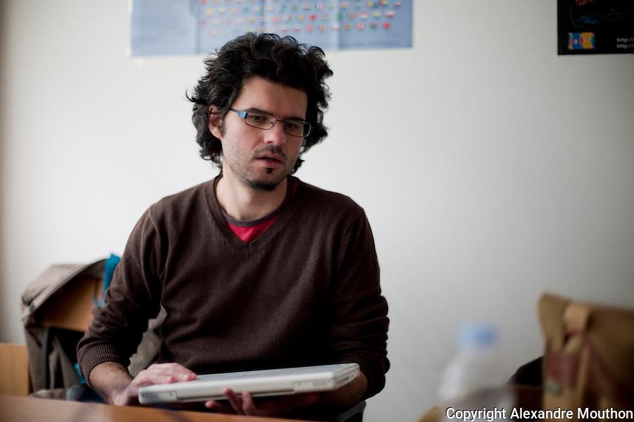 Sorin est lecteur pour la Belgique envoyé à l'université des lettres de Zagreb. Il est roumain, mais a effectué ses études en Belgique. Le roumain est une langue latine et la population roumaine est très francophone. Il partage un bureau avec Alice, une collègue de Bénédicte.