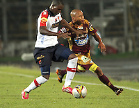 IBAGUE -COLOMBIA,20-NOVIEMBRE-2014.Hector Acuna (Der)    del Deportes Tolima   disputa el balon con Andres Mosquera del Independiente Medellin  . Partido por la 2 fecha de los cuadrangulares semifinales  de la Liga Postobón 2014- II , jugado en el estadio Manuel  Murillo Toro de la ciudad de Ibague./  Hector Acuna (R) of Tolima dispute the ball with Andres Mosquera of  Independiente Medellin .  Match for the 2th date time in the semifinals homers Postobón II League 2014, played at the Manuel Murillo Toro stadium in Ibague city.Photo / VizzorImage / Felipe Caicedo  / Staff
