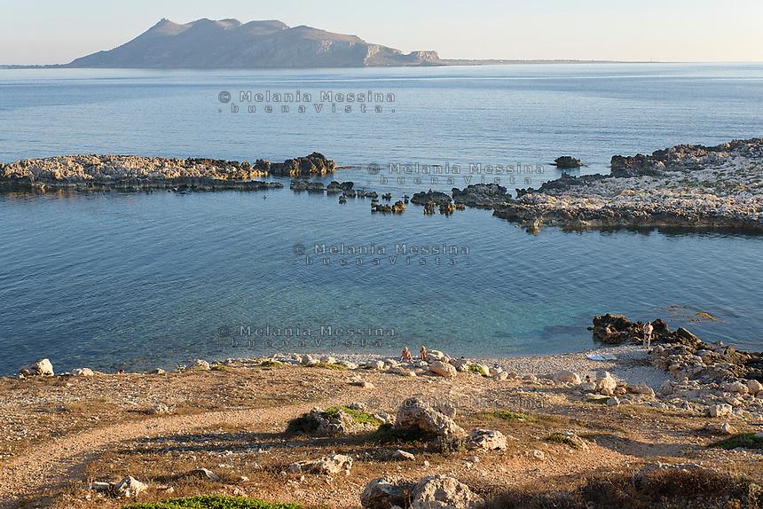 Levanzo e la spiaggia dei faraglioni con Favignana sullo sfondo, isole Egadi.<br /> Levanzo with sea stacks beach and Favigana in the background, Egadi islands