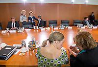 Berlin, Bundesfamilienministerin Kristina Schröder (CDU) trägt am Mittwoch (24.04.13) vor Beginn der Sitzung des Bundeskabinetts im Kanzleramt neben Bundesjustizministerin Sabine Leutheusser-Schnarrenberger (FDP) ein Sommerkleid.