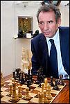 François Bayrou / Président du Mouvement Démocrate MODEM joue aux échecs au magasin de jeux Le Fou Du Roi à Pau / 64 Pyrénées Atlantiques / Rég. Aquitaine / François Bayrou former president of the MODEM french party / France