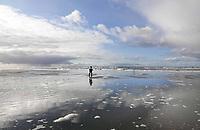 Nederland - Camperduin - 2019 . Lagune tussen Camperduin en Hargen. De kustlijn werd lange tijd gedomineerd door de Hondsbossche Zeewering; een 5,5 km lange verharde dijk die het land beschermde tegen de zee. In 2015 ging het gebied geheel op de schop. Het strand- en de duinstrook is verbreed ter grootte van driehonderd voetbalvelden. Daarnaast is er een strandlagune aangelegd.  Foto Berlinda van Dam / Hollandse Hoogte