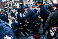 NEW YORK, NY - 04.02.2017 - PROTESTO-NEW YORK - Jovens são presos durante manifestação no Stonewall contra as políticas do presidente dos EUA, Donald Trump e em solidariedade com imigrantes, solicitantes de asilo, refugiados e a comunidade LGBT na cidade Nova York nos Estados Unidos neste sábado, 04. (Foto: William Volcov/Brazil Photo Press)
